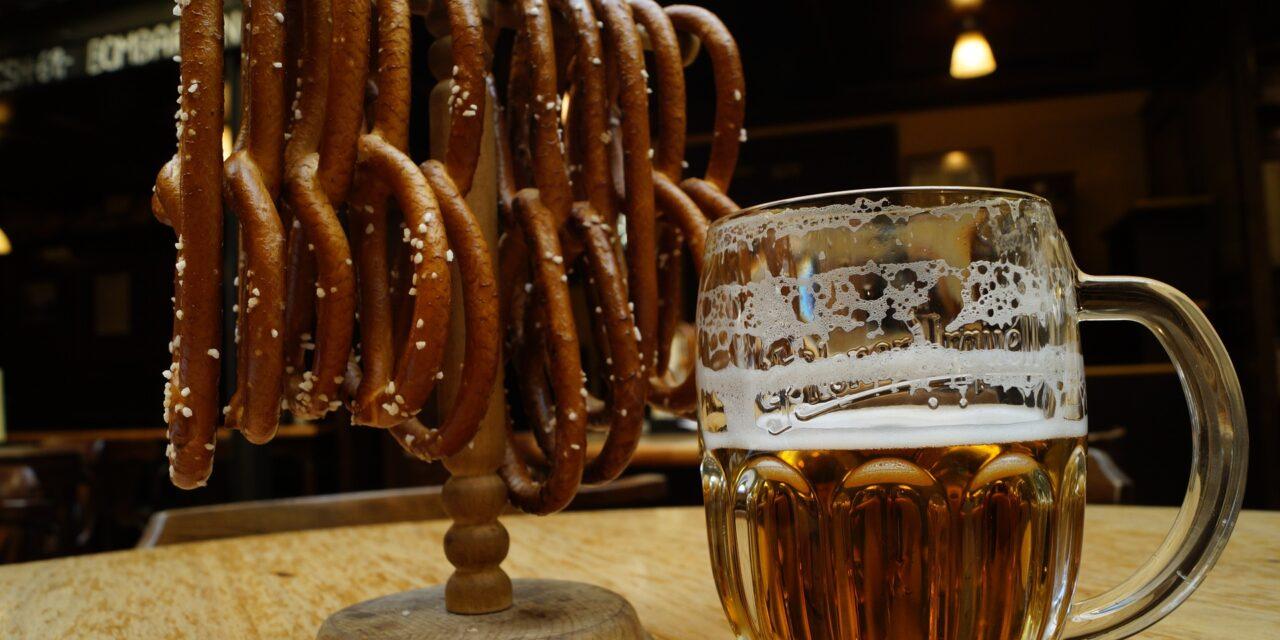 https://www.todoinprague.com/wp-content/uploads/2020/02/czech-beer-and-pretzel-prague-food-1280x640.jpg