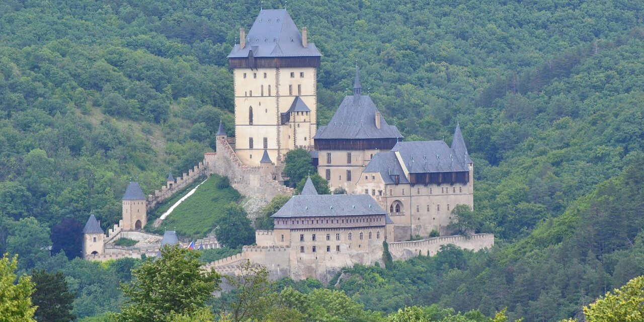 https://www.todoinprague.com/wp-content/uploads/2020/02/karlstejn-castle-in-mountains-south-bohemia-czech-1280x640.jpg