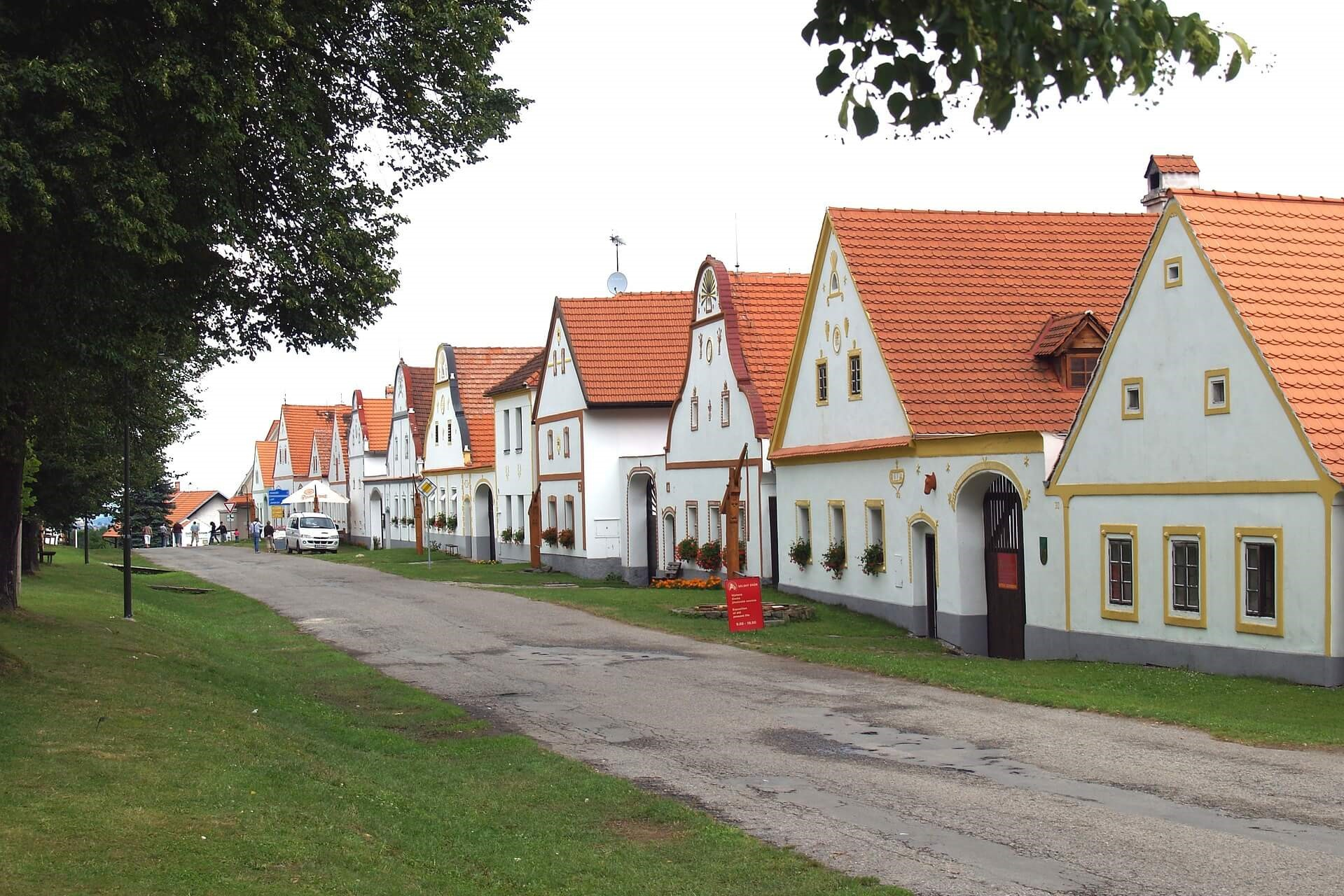 beautiful-traditional-houses-holasovice-historical-village-czech-republic