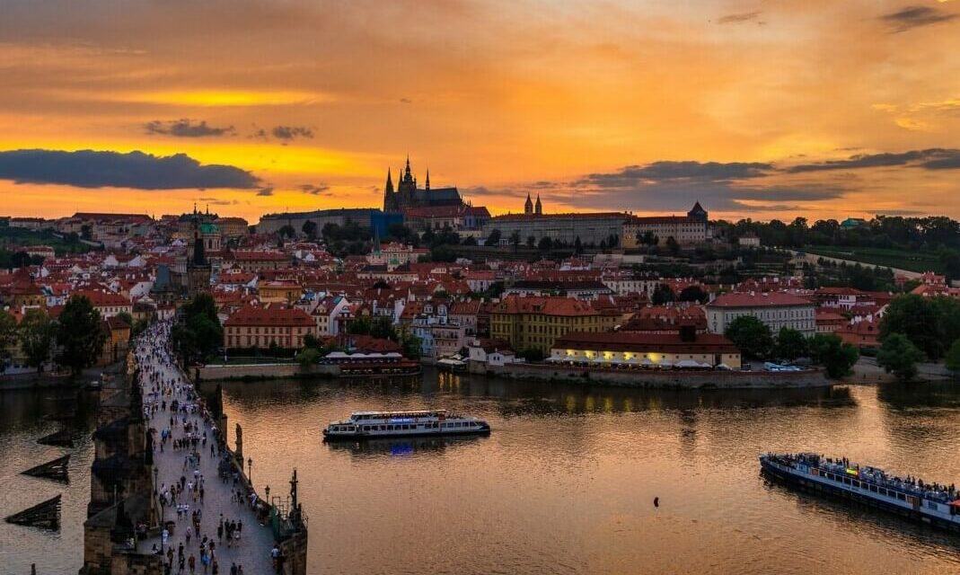 https://www.todoinprague.com/wp-content/uploads/2020/03/charles-bridge-sunset-over-prague-castle-1069x640.jpg