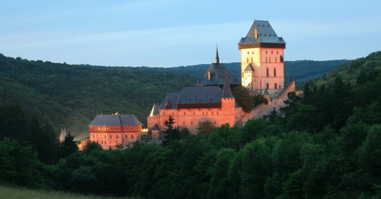 https://www.todoinprague.com/wp-content/uploads/2020/03/karlstejn-castle-at-night-medieval-castle-1225x640.jpg